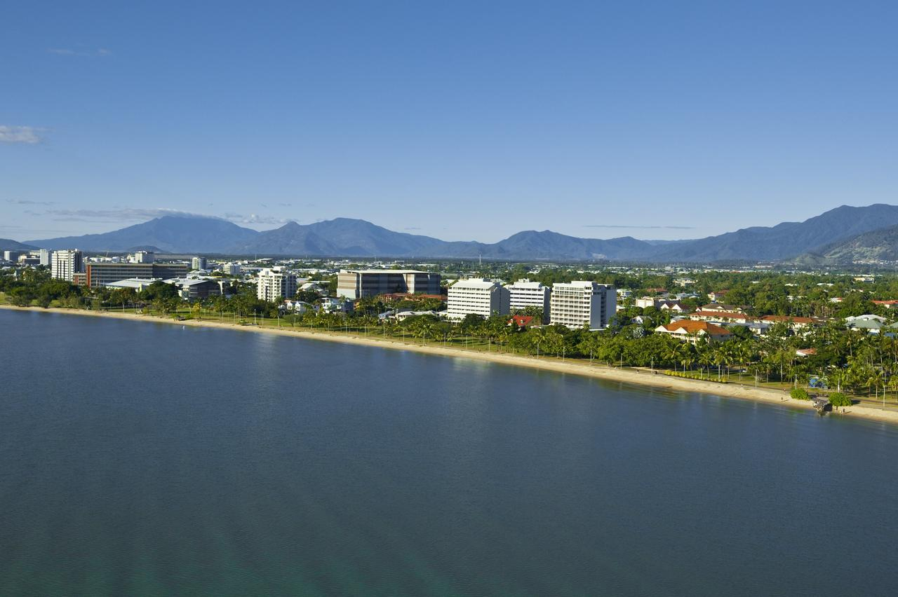 Holiday Inn Cairns Harbourside - Accommodation Daintree
